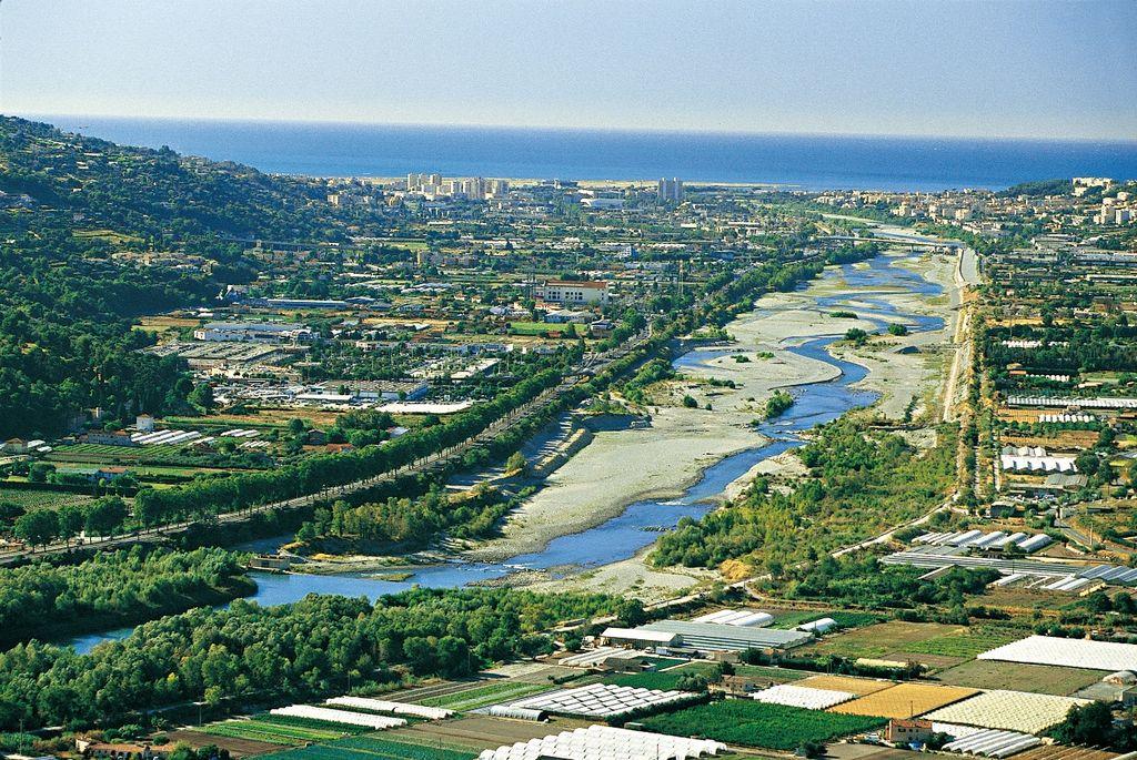 Figure 3 : Vue sur la basse vallée du Var, un site de présence historique du Lézard ocellé rongé par l'urbanisation
